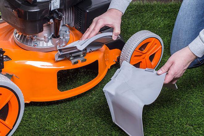 Газонокосилки с режимом бокового выброса имеют специальную заглушку («шторку»), открыв которую, можно установить дефлектор)