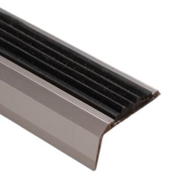 Профиль угловой с антискользящей вставкой 68×30,8×1350мм серебро (ПУ 07.1350.01л)