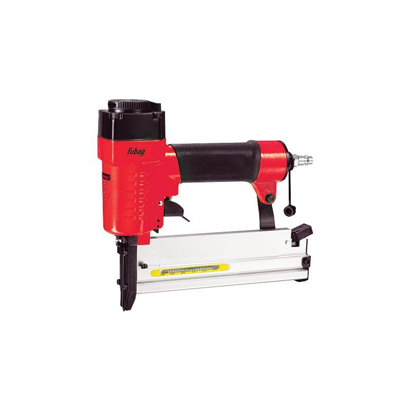 Пневмостеплер гвоздескобозабивной Fubag SN4050Пневмостеплер гвоздескобозабивной Fubag SN4050<br><br>Пневматический ручной инструмент для отделочных работ.<br><br>НАЗНАЧЕНИЕ:<br><br>Используется для строительно&amp;ndash;монтажных работ, крепления листовых материалов, настилки полов, сборки деревянных каркасов и других видов работ;<br><br>Применим при производстве и ремонте мебели.<br><br>ПРЕИМУЩЕСТВА:<br><br>Производительность (большой рабочий ресурс; применим для непрерывной работы в течение длительного времени);<br><br>Универсальность (возможность использования в качестве оснастки, как гвозди, так и скобы);<br><br>Безопасность (пониженная пожаро- и взрывоопасность проведения работ);<br><br>Удобство в использовании (легкий вес -1,45 кг; простая и быстрая замена крепежных элементов; возможность регулирования глубины забивания; удобная рукоятка &amp;ndash; для надежного захвата пистолета).<br><br>РЕКОМЕНДАЦИИ:<br><br>Общие рекомендации:<br><br>Работы производите с использованием средств индивидуальной защиты (защитные очки, наушники и перчатки);<br><br>Налаживать, разбирать и проводить другие работы по обслуживанию инструмента, необходимо только после того, как отсоедините его от воздухопровода.<br><br>Рекомендации по работе:<br><br>При выполнении работ займите устойчивое положение и сохраняйте равновесие;<br><br>Проявляйте внимательность и осторожность, возможна отдачу инструмента, что может повлечь за собой травму;<br><br>При эксплуатации инструмента следите, чтобы вблизи вашего рабочего места не находились дети и посторонние лица.<br><br>Рекомендации по хранению:<br><br>Храните инструмент в сухом месте при температуре от +50С до +250С, избегая воздействия влаги и прямых солнечных лучей.<br><br>МЕРЫ ПРЕДОСТОРОЖНОСТИ:<br><br>Не следует направлять пневмоинструмент или струю сжатого воздуха на людей, животных или на собственное тело, это может привести к травмированию;<br><br>Чтобы избежать поломки инструмента, работайте на рекомендованном рабочем давлении;<br><br>Не 