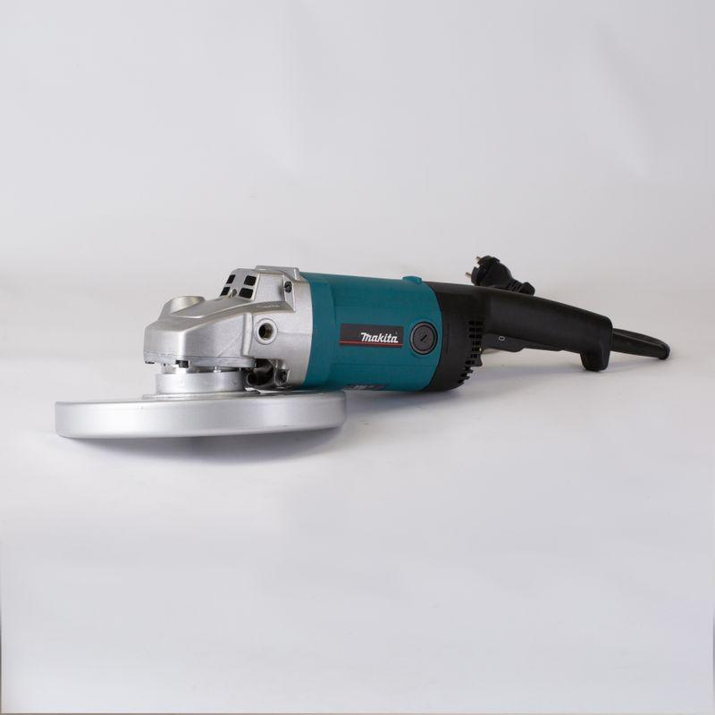 Шлифмашина угловая MAKITA 9069УШМ MAKITA 9069 (230 мм, 2000 Вт)<br><br>Угловая шлифовальная машина с дополнительной рукояткой, диаметром круга 230 мм и двойной изоляцией для использования в строительных и демонтажных работах.<br><br>НАЗНАЧЕНИЕ:<br><br>Шлифование и зачистка абразивными кругами (снятие ржавчины и краски) и наждачной бумагой;<br><br>Распиливание металлических и каменных материалов без использования воды;<br><br>Проделывание пазов в бетонных стенах.<br><br>ПРЕИМУЩЕСТВА:<br><br>Мощный двигатель (2000 Вт, 6600 об./мин) для выполнения трудных задач;<br><br>Фиксация клавиши &amp;laquo;пуск&amp;raquo; для продолжительной непрерывной работы;<br><br>Быстрая и безопасная смена оснастки (кнопка блокировки шпинделя);<br><br>Удобное использование: малый вес &amp;ndash; 4,2 кг, эргономичная ручка с элементами управления на ней, вторая рукоятка с нескользящей поверхностью (может устанавливаться в трех положениях), корпус редуктора может устанавливаться в одном из четырех положений с углом поворота 90 градусов, кабель питания длиной 2,5 метра обеспечивает свободное перемещение по рабочей зоне;<br><br>Плоская редукторная головка для возможности работы в условиях ограниченного пространства;<br><br>Легкозаменяемые угольные щетки;<br><br>Защитный кожух для шлифования предохраняет оператора от выброса искр и пыли;<br><br>Двойная изоляция корпуса защищает от удара током;<br><br>Износостойкость: пыле- и грязезащитный корпус редуктора, защите двигателя от перегрева,<br><br>РЕКОМЕНДАЦИИ:<br><br>Перед эксплуатацией прибора надевайте защитные очки, наушники и перчатки.<br><br>Убедитесь, что в рабочей зоне нет скрытых коммуникаций (трубы и/или проводка);<br><br>Во время работы с инструментом держите безопасную дистанцию до посторонних людей и детей.<br><br>Не допускайте попадания влаги в прибор.<br><br>Не используйте прибор для полирования.<br><br>Храните инструмент в сухом отапливаемом помещении, вне досягаемости детей.<br>Бренд: Makita; Модель: 9069; Область применения: Профес