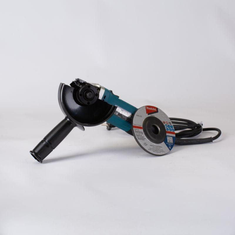Шлифмашина угловая MAKITA GA4530УШМ (болгарка) Makita GA4530<br><br>Угловая шлифовальная машина для шлифовки поверхностей.<br><br>НАЗНАЧЕНИЕ:<br><br>Используется для отрезных и шлифовальных работ;<br>Применяется при зачистке поверхностей из металла, кирпича, камня.<br><br>ПРЕИМУЩЕСТВА:<br><br>Высокая производительность (мощность двигателя &amp;ndash; 720 Вт, скорость вращения &amp;ndash; до 11000 об/мин);<br>Долговечность (системы&amp;nbsp;пылезащиты&amp;nbsp;двигателя и защита от повреждений; воздушное охлаждение &amp;ndash; при помощи вентиляционных отверстий в корпусе изделия; металлический корпус редуктора);<br>Безопасность (основная рукоятка с прорезиненными вставками &amp;ndash; для надежного захвата инструмента; защитный кожух &amp;ndash; обеспечивает безопасное выполнение работ);<br>Удобство в использовании (легкий вес &amp;ndash; 1,4 кг; блокировка шпинделя &amp;ndash; для быстрой замены оснастки; легкая замена угольных щеток;<br><br>наличие боковой рукоятки &amp;ndash; для удобной работы в труднодоступных местах).<br><br>РЕКОМЕНДАЦИИ:<br><br>Общие рекомендации:<br><br>При работе используйте средства индивидуальной защиты (перчатки, очки, наушники);<br>Рабочее место должно быть чистым и хорошо освещено;<br>Не используйте сетевой шнур для переноски, перемещения или извлечения вилки из розетки.<br><br>Рекомендации по работе:<br><br>Перед включением инструмента убедитесь, что вы крепко его держите вне контакта с рабочей поверхностью;<br>При работе сохраняйте устойчивое положение тела и равновесие;<br>При работе с электроинструментом не допускайте детей или посторонних к рабочему месту;<br>Рекомендуется очистить инструмент от пыли после использования.<br><br>Рекомендации по хранению:<br><br>Храните инструмент в сухом и недоступном месте для детей и посторонних людей.<br><br>МЕРЫ ПРЕДОСТОРОЖНОСТИ:<br><br>Не допускайте попадание влаги в инструмент;<br>Не используйте инструмент вблизи&amp;nbsp;&amp;nbsp;легко воспламеняющихся жидкостей, газов или пыли.<br>Бренд: M