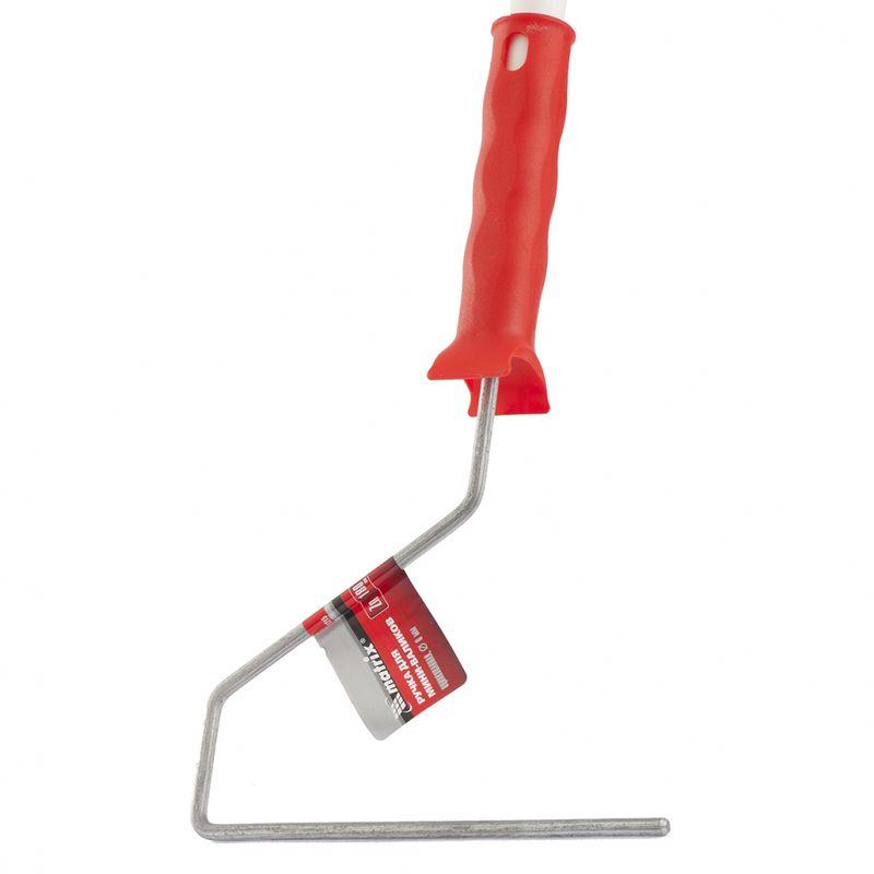 Ручка для валиков 180 мм, D ручки - 6 мм, оцинкованная// MATRIXРучка для валиков 180 мм, D ручки - 6 мм<br><br>Рукоятка из пластмассы&amp;nbsp; для малярных валиков диаметром 6мм. Длина 180мм.<br><br>НАЗНАЧЕНИЕ:<br><br>Сменная рукоятка для всех типов &amp;nbsp;валиков диаметром 6мм;<br><br>Работы по покраске валиком горизонтальных и вертикальных поверхностей, а также в труднодоступных местах.<br><br>ПРЕИМУЩЕСТВА:<br><br>Рукоятка из пластика с оцинкованным бюгелем (прочность крепления и легкая замена валика, материал ручки &amp;ndash; полипропилен &amp;ndash; прочный и долговечный,<br><br>на ручке органический рисунок для удобства удержания в руке);<br><br>Удобство работы (легкий вес, вращение каркаса при покрасочных работах, &amp;nbsp;использование дополнительных удлиняющих стержней для труднодоступных мест,<br><br>отверстие для подвески, легкость сборки &amp;ndash; валик насаживается на ручку);<br><br>Долговечность &amp;nbsp;(бюгельное крепление &amp;ndash; ручка, как часть неразъёмной конструкции, ударопрочный пластик);<br><br>Универсальность (работа с разными видами роликов, но по одному диаметру 6мм).<br><br>РЕКОМЕНДАЦИИ:<br><br>Устанавливать валик в ручку необходимо до щелчка;<br><br>При выборе проверяется удобство рукоятки валика. Вся согнутая ладонь и пальцы &amp;laquo;лежат на своих местах&amp;raquo;;<br><br>Для удобства работы рекомендовано использовать ванночку для краски;<br><br>После работы валик и ручку промыть под проточной водой или составом из растворителя.<br><br>МЕРЫ ПРЕДОСТОРОЖНОСТИ:<br><br>Храните инструмент в специально отведенном для него месте;<br><br>При покрасочных работах используйте полиэтилен;<br><br>Не давать детям.<br>Количество в упаковке: 1; Бренд: Matrix; Материал ручки: Пластик; Материал ручки: Металл; Прорезиненность ручки: Нет; Масса ручки: 70 г; Ширина ролика: 180 мм; Комплектация: Ручка;