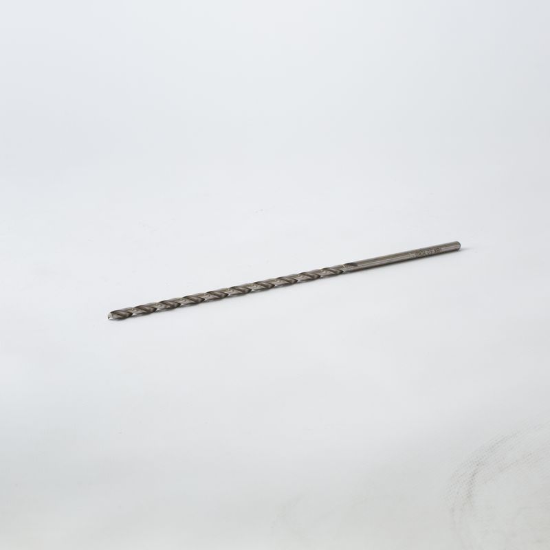 Сверло по металлу длинная серия 6,0х260/180 мм YokoСверло по металлу (длинная серия, 260мм, рабочая длина - 180мм, диаметр &amp;ndash; 6,0мм), Yoko, Китай<br><br>Сверло по металлу (длинная серия, 260мм, рабочая длина - 180мм, диаметр &amp;ndash; 6,0мм), Yoko, Китай &amp;ndash; дополнительное расходное оборудование для универсального сверлильного оборудования, станков с ЧПУ, автоматических линиях.<br><br>НАЗНАЧЕНИЕ:<br><br>Глубокое высверливание отверстий в сплавах алюминия (подверженных деформации или литейных), меди, цинка, магния.<br><br>ПРЕИМУЩЕСТВА:<br><br>Износоустойчивость и прочность. Сверло изготовлено согласно ГОСТа 19548-88, при производстве используется высокопрочная сталь, где сплав металла содержит не менее 6% вольфрама и 5% молибдена;<br><br>Эргономика формы. В процессе изготовления на цилиндрическом стержне нарезаются спиральные винтовые канавки. Они располагаются по всей рабочей поверхности сверла и обеспечивают отведение стружки из зоны сверления;<br><br>Высокая точность сверления. Режущий конусовидный наконечник, отшлифованная поверхность полотна снижает трение между металлом и сверлом, тем самым упрощается вхождение сверла в деталь и не изменяется угол направления движения.<br><br>РЕКОМЕНДАЦИИ:<br><br>Рекомендации по хранению и транспортировке:<br><br>Перевозку и хранение осуществлять в индивидуальном блистере, пенале, при температуре выше 5&amp;deg;С и относительной влажности не более 70%;<br><br>Не допускать к месту хранения детей, животных.<br><br>Рекомендации по работе:<br><br>При выполнении работ беречь кожные покровы и органы зрения от попадания металлической стружки. Рекомендуется надевать перчатки и защитные очки;<br><br>Установив сверло в инструмент, необходимо убедиться, что оно прочно и надежно зафиксировано в патроне;<br><br>Выполнить разметку поверхности;<br><br>Накернить места предполагаемых мест сверления;<br><br>Время от времени очищать основание от опилок и пыли; &amp;nbsp;<br><br>Самостоятельная заточка и правка сверла выполняетс