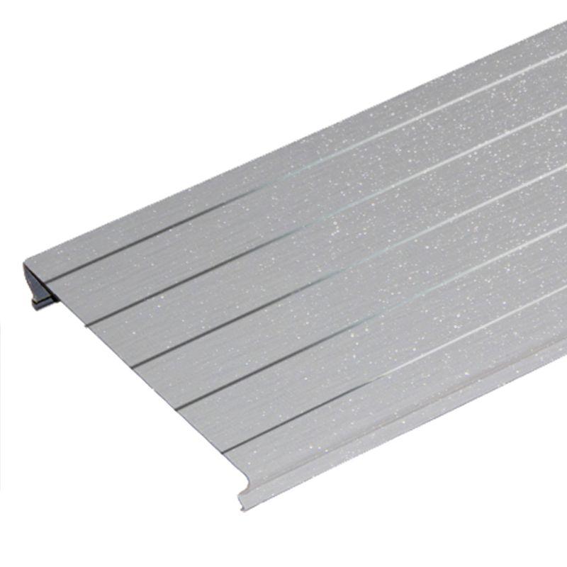 Комлект потолочный 1,35х0,9м A100AS серебристый металлик с мет.ал. полосой HL0206Комплект реечного потолка 1,35x0,9 м A100AS, серебристый металлик с мет. полосой HL0206, Албес<br><br>Комплект для устройства реечного потолка в помещениях с повышенной влажностью (ванные и туалетные комнаты) длиной 1,35м и шириной 0,9м, цвет серебристый металлик с мет. полосой.<br><br>НАЗНАЧЕНИЕ:<br><br>Устройство подвесного реечного потолка площадью 1,215 кв.м. во влажных помещениях.<br><br>КОМПЛЕКТАЦИЯ:<br><br>Рейки S-дизайна с закрытыми стыками A100AS, шириной 100 мм, длиной 1,35м, цвет серебристый металлик с мет. полосой &amp;ndash; 9 штук;<br><br>Угловой профиль PL19x24 длиной 1,35 м &amp;ndash; 2 штуки, и длиной 0,9 м &amp;ndash; 2 штуки;<br><br>Гребенка BTS длиной 0,9 м &amp;ndash; 2 штуки.<br><br>ПРЕИМУЩЕСТВА:<br><br>Рейки укладываются вплотную друг к другу без зазора, что позволяет применять комплект в помещениях с повышенной влажностью;<br><br>Привлекательный современный эстетичный вид за счет эффекта непрерывности;<br><br>Стальные потолки не разлагаются, устойчивы к образованию плесени, не выделяют вредные вещества;<br><br>Способствуют дополнительной циркуляции воздуха;<br><br>Просты в уходе (легко мыть);<br><br>Долговечность: многослойное декоративное защитное покрытие обеспечивает сохранение геометрии и внешнего вида на весь срок службы;<br><br>Возможность скрытия коммуникационных систем: вентиляция, электрика;<br><br>Можно встраивать светильники различных типов;<br><br>Влагостойкость материала;<br><br>Пожаробезопасность;<br><br>Быстрый и простой монтаж: нет необходимости выравнивать черновой потолок.<br><br>РЕКОМЕНДАЦИИ:<br><br>Общие рекомендации:<br><br>Применяйте встраиваемые светильники с габаритами кратными размерам реек или их модулям<br><br>Рекомендации по монтажу:<br><br>Перед монтажом реечного потока завершите все работы по проведению коммуникаций &amp;nbsp;(электрика, противопожарная система, воздуховоды и т.п.);<br><br>Нанесите разметку мест установки подвесов и