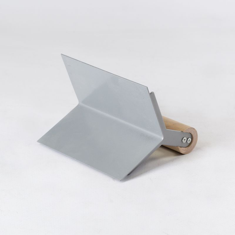 Кельма для внешних углов нержавеющая с пластмассовой ручкойКельма для внешних углов нержавеющая с пластмассовой ручкой<br><br>Угловая кельма для корректировки внешних углов размером 60х80 мм.<br><br>НАЗНАЧЕНИЕ:<br><br>Используется для нанесения смеси и корректировки внутренних углов при строительных и отделочных работах.<br><br>ПРЕИМУЩЕСТВА:<br><br>Долговечность (рабочее полотно кельмы состоит из нержавеющей стали &amp;ndash; для защиты от распространения ржавчины, что обеспечивает долгий срок службы инструмента);<br>Надежность (рукоятка кельмы надежно прикреплена к полотну &amp;ndash; устойчивость к высоким нагрузкам);<br>Удобство в использовании (небольшой вес &amp;ndash; 0,2 кг; двухкомпонентная рукоятка &amp;ndash; для удобного и надежного захвата инструмента)<br><br>РЕКОМЕНДАЦИИ:<br><br>Строительная смесь наносится на очищенную от пыли и мусора при помощи кельмы;<br>При помощи угловой кельмы обработайте внутренние углы, начиная от верха стены;<br>Надавливания инструмент во время работы должны быть незначительными;<br>После работы удалите остатки строительной смеси с кельмы;<br>Храните инструмент в сухом месте.<br>Бренд: Stayer; Тип применения: Для внешних углов; Форма: Уголок; Ширина: 60 мм; Длина: 80 мм; Материал: Нержавеющая сталь; Ручка: С пластиковой ручкой; Количество сегментов: 2 шт;