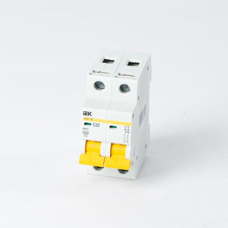 Автоматический выключатель двухполюсный 32А IEKАвтоматический выключатель двухполюсный, 32А, IEK<br><br>Двухполюсный автоматический выключатель для использования в вводно-распределительных устройствах для жилых и общественных зданий.<br><br>НАЗНАЧЕНИЕ:<br><br>Используется для защиты от перегрузок и коротких замыканий цепей переменного тока.<br><br>ПРЕИМУЩЕСТВА:<br><br>Номинальное напряжение сети &amp;ndash; 230-400В, номинальный ток &amp;ndash; 32А;<br><br>Долговечность (корпус изготовлен из прочного пластика; предохранение от перегрузок и коротких замыканий ; электрическая износостойкость &amp;ndash; обеспечивают контакты двух переключателей с серебросодержащей напайкой; контактные клеммы с насечками &amp;ndash; для снижения тепловых потерь и повышения механической износоустойчивости; металлические и пластиковые пластины в качестве дополнительной защиты от прогорания корпуса);<br><br>Безопасность при эксплуатации и обслуживании автомата &amp;ndash; обеспечивает индикатор состояния главных контактов;<br><br>Удобство в эксплуатации (установка в любом положении; возможность подключения дополнительных устройств без разбора корпуса; подключение нагрузки как к верхним, так и к нижним зажимам; широкий рычаг выключателя &amp;ndash; для удобного процесса переключения; диапазон рабочих температур от -400С до +500С; быстрый и легкий монтаж &amp;ndash; благодаря увеличенному размеру головки винта с универсальным шлицем, крепление осуществляется на DIN-рейку);<br><br>РЕКОМЕНДАЦИИ:<br><br>Перед началом установки автоматического выключателя обесточьте щиток;<br><br>Монтаж автомата начинайте с подключения проводов, затем закрепите его на DIN-рейку;<br><br>Если автоматов несколько &amp;ndash; подключайте их одновременно;<br><br>После того, как все выключатели установлены, включите питание щитка;<br><br>Проверьте участки сети, давая максимальную нагрузку;<br><br>При расчете номинала автомата учитывайте сечения провода, температурную нагрузку, а так же расположение проводки, чтобы из