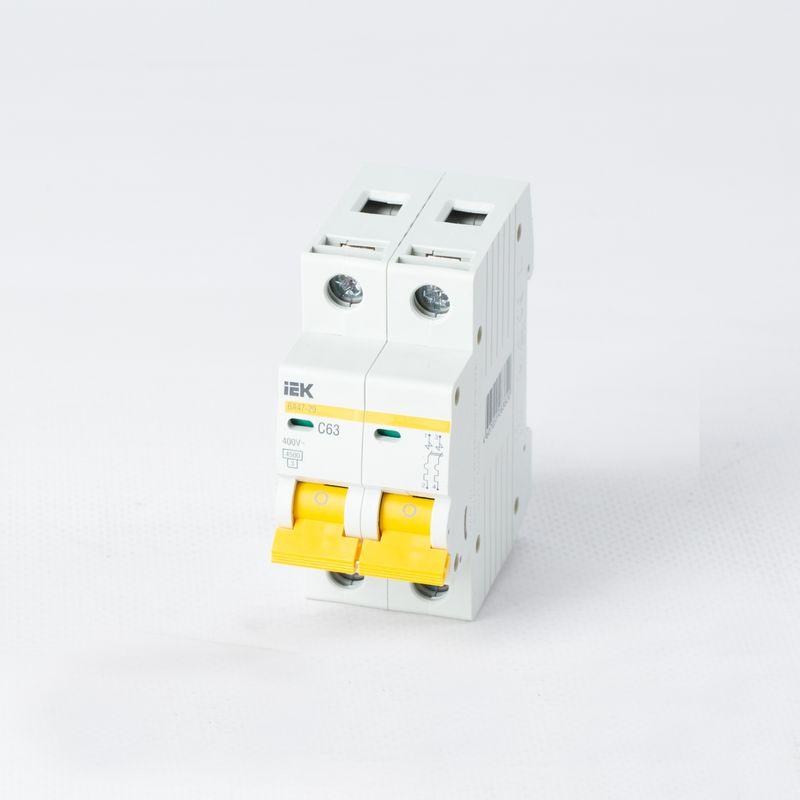 Автоматический выключатель двухполюсной 63А IEKАвтоматический выключатель двухполюсный, 63А, IEK<br><br>Двухполюсный автоматический выключатель для использования в вводно-распределительных устройствах для жилых и общественных зданий.<br><br>НАЗНАЧЕНИЕ:<br><br>Используется для защиты от перегрузок и коротких замыканий цепей переменного тока.<br><br>ПРЕИМУЩЕСТВА:<br><br>Номинальное напряжение сети &amp;ndash; 230-400В, номинальный ток &amp;ndash; 63А;<br><br>Долговечность (корпус изготовлен из прочного пластика; предохранение от перегрузок и коротких замыканий ; электрическая износостойкость &amp;ndash; обеспечивают контакты двух переключателей с серебросодержащей напайкой; контактные клеммы с насечками &amp;ndash; для снижения тепловых потерь и повышения механической износоустойчивости; металлические и пластиковые пластины в качестве дополнительной защиты от прогорания корпуса);<br><br>Безопасность при эксплуатации и обслуживании автомата &amp;ndash; обеспечивает индикатор состояния главных контактов;<br><br>Удобство в эксплуатации (установка в любом положении; возможность подключения дополнительных устройств без разбора корпуса; подключение нагрузки как к верхним, так и к нижним зажимам; широкий рычаг выключателя &amp;ndash; для удобного процесса переключения; диапазон рабочих температур от -400С до +500С; быстрый и легкий монтаж &amp;ndash; благодаря увеличенному размеру головки винта с универсальным шлицем, крепление осуществляется на DIN-рейку);<br><br>РЕКОМЕНДАЦИИ:<br><br>Перед началом установки автоматического выключателя обесточьте щиток;<br><br>Монтаж автомата начинайте с подключения проводов, затем закрепите его на DIN-рейку;<br><br>Если автоматов несколько &amp;ndash; подключайте их одновременно;<br><br>После того, как все выключатели установлены, включите питание щитка;<br><br>Проверьте участки сети, давая максимальную нагрузку;<br><br>При расчете номинала автомата учитывайте сечения провода, температурную нагрузку, а так же расположение проводки, чтобы из