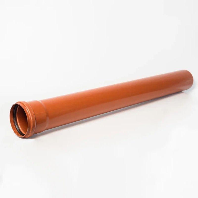 Труба канализационная наружная 110х3,2х2000Труба НПВХ диаметром 110 мм выпускается отрезками по 1м, 2м, 3м, 6м. Трубы НПВХ предназначены для строительства наружных безнапорных сетей сточных вод систем самотечной канализации. Данные канализационные трубы применяются там, где нет больших нагрузок на грунт, в зеленых зонах, под тротуарами.<br>Благодаря высоким характеристикам, которыми обладает поливинилхлорид, материал, из которого сделаны трубы НПВХ, они имеют легкий вес, жесткий прочный корпус, позволяющий закапывать трубы НПВХ на большую глубину под землю, высокую антикоррозийную стойкость, долговечность. Класс жесткости труб НПВХ SN2 или SN4 определяется толщиной стенки и позволяет заглублять трубу на большую глубину. так трубы НПВХ SN4 могут укладываться на глубину до 8 метров, а трубы НПВХ SN2 до 4 метров.<br>Трубы НПВХ имеют гладкую внутреннюю поверхность, что препятствует зарастанию и засорению труб. Они имеют надежную раструбную конструкцию, позволяющую соединять трубы и фитинги ПВХ в единую систему безнапорной и ливневой канализации без применения тяжелой и дорогостоящей строительной техники. Резиновое уплотнительное кольцо обеспечивает высокую герметичность трубопровода. Трубы НПВХ канализационные имеют высокую ударопрочность, что очень важно при их транспортировке и монтаже.<br>Монтаж труб ПВХ<br>1.Перед сборкой трубопровода необходимо убедиться, что края труб и фитингов не имеют сколов, трещин и в раструбах есть уплотнительные кольца;<br>2.Необходимо очистить от загрязнения уплотнительные кольца, внутреннюю часть раструба и концы труб и фитингов;<br>3.Нанести смазку на гладкий конец трубы или фитинга НПВХ, это может быть паста на силиконовой основе. Такая смазка способствует более длительному сохранению механических свойств резинового уплотнительного кольца и облегчает разборку при необходимости разборки трубопровода;<br>4.Гладкий край трубы или НПВХ фитинга помещается в раструб до упора и помечается место контакта гладкого края трубы и раструба. Затем гл