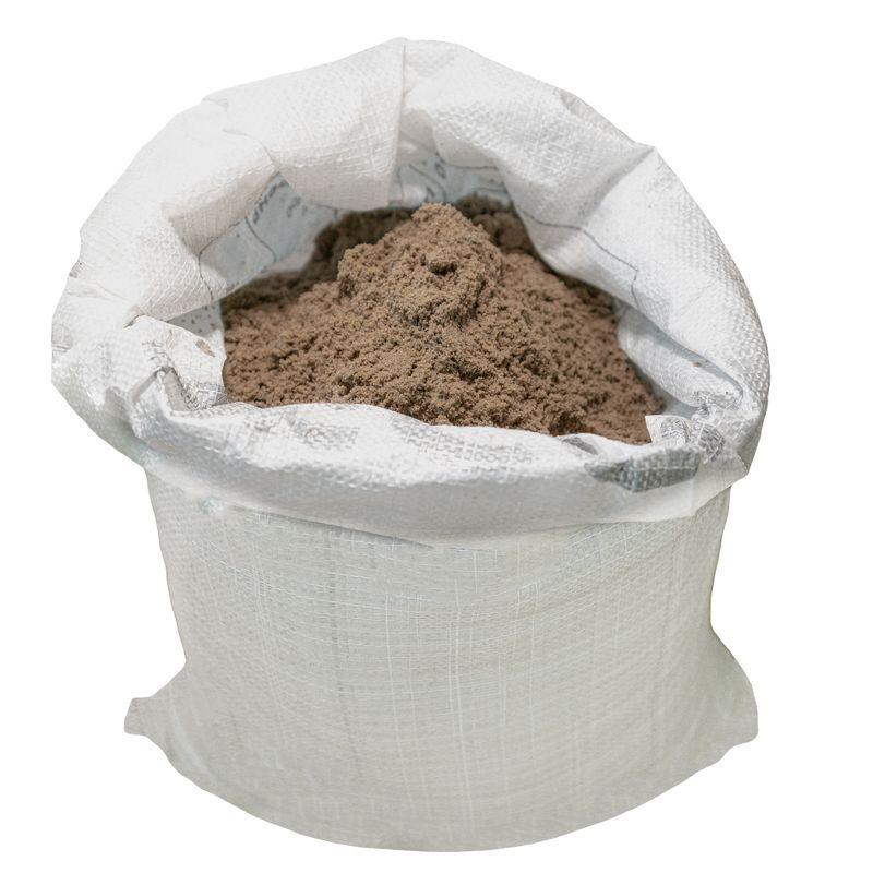 Песок строительный мелкозернистый намывной, 50 кгПесок строительный мелкозернистый намывной, 50 кг<br><br>Карьерный песок, очищенный от примесей,&amp;nbsp;с крупностью зерен 0,8-1,5 мм, насыпной плотностью 1500 кг/м3, в мешках по 50 кг.<br><br>НАЗНАЧЕНИЕ:<br><br>Использование в производстве цементных стяжек, кладочных и штукатурных растворов, затирок, объемных красителей;<br><br>Приготовление прочных железобетонных фундаментов для зданий и сооружений различного назначения;<br><br>Устройство дренажа и насыпей;<br><br>Применение в процессе прокладывания автомобильных трасс;<br><br>В качестве элемента декора и ландшафтного дизайна;<br><br>Использование в сельском хозяйстве в качестве составляющего растительного грунта;<br><br>Участие в производстве кирпича, кафеля, стела и цемента.<br><br>ПРЕИМУЩЕСТВА:<br><br>Имеет высокую пропускную способность: подходит для создания дренажных систем;<br><br>Не содержит пыли и глины: нет необходимости в дополнительной очистке;<br><br>Минимум содержащихся в составе примесей обеспечивает высокую прочность и долговечность растворов;<br><br>Между песком и компонентами растворов и бетонов не происходит химической реакции;<br><br>Обеспечивает уменьшение усадки растворов при затвердевании (за счет своей медленной осадки в составе смеси);<br><br>Стабильные свойства (высокая плотность) способствуют значительной долговечности конструкций, не позволяет изделиям давать существенную усадку, крошиться;<br><br>Песок не органичен &amp;ndash; не подвергается появлению микроорганизмов и разложению;<br><br>Приятный бежевый цвет и равномерно округлые формы песчинок позволяют использовать песок в декоративных целях;<br><br>Морозостойкость &amp;ndash; выдерживает до 200 циклов заморозки/оттаивания;<br><br>Первый класс радиоактивности;<br><br>Не горюч и имеет очень высокую температуру плавления;&amp;nbsp;<br><br>Экологически чистый и полностью безопасный для жизнедеятельности человека;<br><br>Не требует особых условий хранения и транспортировки, достаточно 