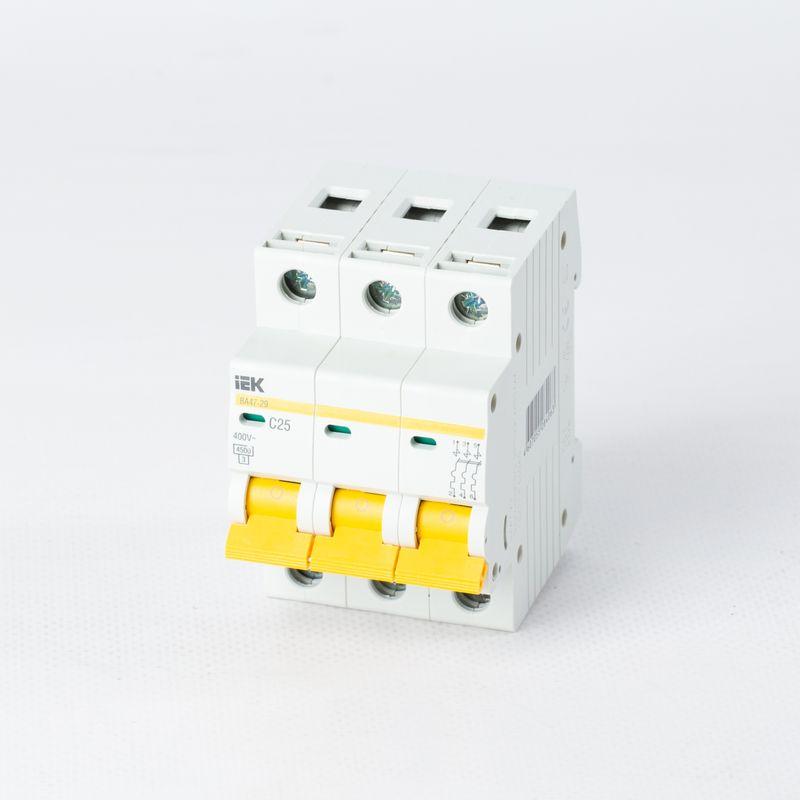 Автоматический выключатель трехполюсный 25А IEKАвтоматический выключатель трехполюсный, 25А, IEK<br><br>Трехполюсный автоматический выключатель для использования в вводно-распределительных устройствах для жилых и общественных зданий.<br><br>НАЗНАЧЕНИЕ:<br><br>Используется для защиты от перегрузок и коротких замыканий цепей переменного тока.<br><br>ПРЕИМУЩЕСТВА:<br><br>Номинальное напряжение сети &amp;ndash; 230-400В, номинальный ток &amp;ndash; 25А;<br><br>Долговечность (корпус изготовлен из прочного пластика; предохранение от перегрузок и коротких замыканий ; электрическая износостойкость &amp;ndash; обеспечивают контакты трех переключателей с серебросодержащей напайкой; контактные клеммы с насечками &amp;ndash; для снижения тепловых потерь и повышения механической износоустойчивости; металлические и пластиковые пластины в качестве дополнительной защиты от прогорания корпуса);<br><br>Безопасность при эксплуатации и обслуживании автомата &amp;ndash; обеспечивает индикатор состояния главных контактов;<br><br>Удобство в эксплуатации (установка в любом положении; возможность подключения дополнительных устройств без разбора корпуса; подключение нагрузки как к верхним, так и к нижним зажимам; широкий рычаг выключателя &amp;ndash; для удобного процесса переключения; диапазон рабочих температур от -400С до +500С; быстрый и легкий монтаж &amp;ndash; благодаря увеличенному размеру головки винта с универсальным шлицем, крепление осуществляется на DIN-рейку);<br><br>РЕКОМЕНДАЦИИ:<br><br>Перед началом установки автоматического выключателя обесточьте щиток;<br><br>Монтаж автомата начинайте с подключения проводов, затем закрепите его на DIN-рейку;<br><br>Если автоматов несколько &amp;ndash; подключайте их одновременно;<br><br>После того, как все выключатели установлены, включите питание щитка;<br><br>Проверьте участки сети, давая максимальную нагрузку;<br><br>При расчете номинала автомата учитывайте сечения провода, температурную нагрузку, а так же расположение проводки, чтобы из