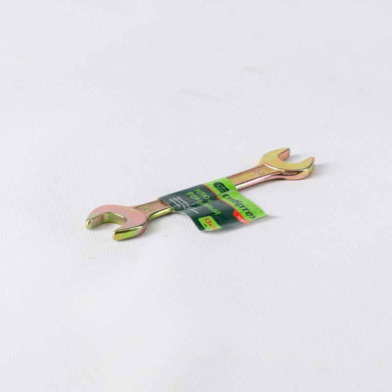 Ключ рожковый 13х14 ммКлюч рожковый 13х14 мм, Сибртех<br><br>Двусторонний рожковый ключ с головками, размером 13 и 14 мм.<br><br>НАЗНАЧЕНИЕ:<br><br>Работа с крепежом шестигранных сечений.<br><br>ПРЕИМУЩЕСТВА:<br><br>Изготовлен из высокоуглеродистой стали методом ковки, что гарантирует высокую прочность и долговечность;<br><br>Рожковый ключ позволяет работать с крепежом, доступ к которому возможен только сбоку;<br><br>Головка ключа расположена относительно ручки под углом 15 градусов, что позволяет работать в ограниченном пространстве.<br><br>РЕКОМЕНДАЦИИ:<br><br>Используйте инструмент для работы с болтами и гайками соответствующего размера;<br><br>При необходимости открутить прикипевший крепеж, необходимо обработать его проникающей смазкой или смочить водой, слегка ударить молотком и только после этого использовать ключ.<br>Бренд: Сибртех; Тип: Двусторонний; Минимальный размер: 13 мм; Максимальный размер: 14 мм; Особенности: Выпуклая рабочая поверхность; Длина: 170 мм; Масса: 80 г; Материал: Сталь;