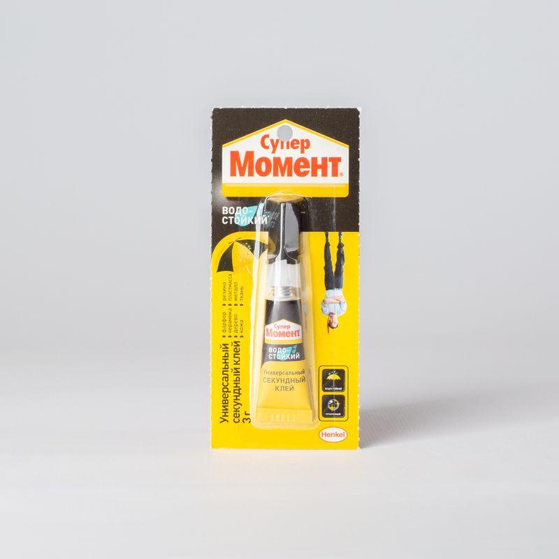 Клей Супер Момент Водостойкий, 3г мультикартаКлей Супер Момент Водостойкий, 3г<br><br>Клей водостойкий Супер Момент для приклеивания резины, пластмассы, дерева, металла, керамики, ткани, кожи и картона. Упаковка &amp;ndash; туба 3гр.<br><br>НАЗНАЧЕНИЕ:<br><br>Склеивание резиновых, пластмассовых, деревянных, металлических, тканевых, кожаных и картонных &amp;nbsp;материалов между собой и на подобные основания;<br><br>Реставрация керамических и фарфоровых изделий;<br><br>Склеивание предметов, подверженных однократному прямому &amp;nbsp;воздействию с водой в течении 3-24 часов.<br><br>ПРЕИМУЩЕСТВА:<br><br>Влагостойкий (работа с материалами, подверженными воздействию прямой влаги на протяжении 3-24 часов);<br><br>Устойчив к растворителям и старению;<br><br>Удобство нанесения &amp;nbsp;(ручной способ выдавливания из тубы, тонкая полоска клея для аккуратного нанесения, быстрая склейка &amp;ndash; после склейки можно сразу эксплуатировать изделие, без корректировки после приклеивания, 3 гр. &amp;ndash; оптимально для разового использования);<br><br>Эстетичность (бесцветная жидкость остается прозрачной в течении всего времени эксплуатации);<br><br>Морозостойкий (температура использования от -40*С до +70*С);<br><br>РЕКОМЕНДАЦИИ:<br><br>Рекомендации по работе:<br><br>Поверхность очистить от грязи, пыли, воды и обезжирить;<br><br>Материалы должны быть комнатной температуры;<br><br>Нанесите клей на одну поверхность и сразу плотно прижать поверхности;<br><br>Зафиксировать 1 минуту, время схватывания 5 минут, полное время набора прочности &amp;ndash; 12 часов.<br><br>Общие рекомендации:<br><br>Защитить поверхности и одежду от случайных утечек клея;<br><br>Клей склеивает кожу мгновенно &amp;ndash; проявляйте осторожность при работе;<br><br>При замораживании &amp;ndash; разморозить клей в комнатных условиях. Перед использованием &amp;ndash; взболтать;<br><br>Не приклеивать стекло и посуду, которая пригодна для пищи.<br><br>Не использовать с тефлоновыми, полиэтиленовыми, полипропилен